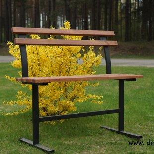 9. Koka soliņš ar dzelzs kājām un atzveltni, koks apstrādāts ar īpašu laku noturībai pret