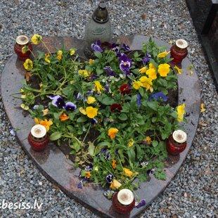 11. Granīta sirds formas kapu apmale