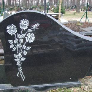 7. Granīta piemineklis ar rožu gravējumu