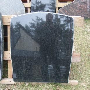 10. Melnā granīta piemineklis
