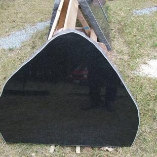 12. Melnā granīta piemineklis