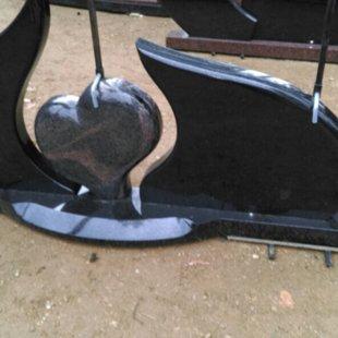 12. Kapu pieminekļa kompozīcija ar sirdi