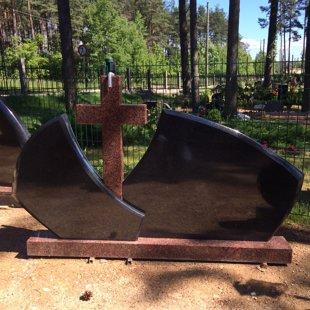 16. Kapu pieminekļa kompozīcija ar krustu