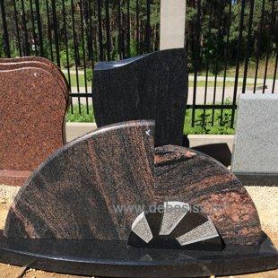 6. Divkrasu granīta kapu pieminekļu kompozīcija