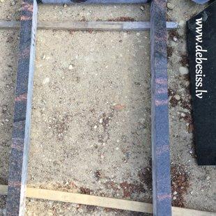 4. Vienvietīga granīta kapu apmalīte